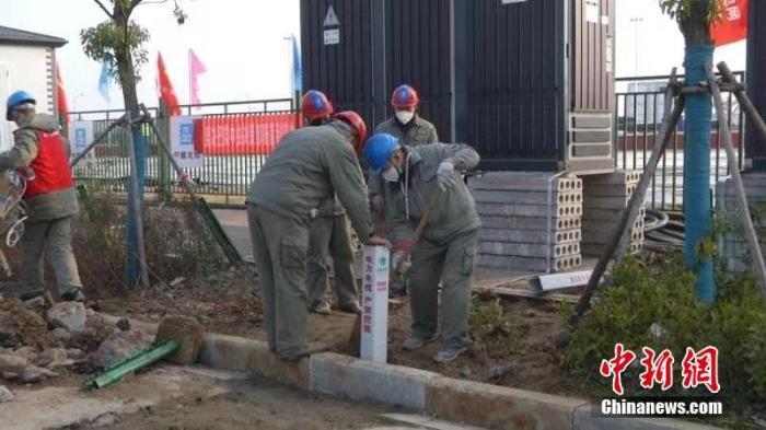 1月29日,武汉雷神山医院建设项目进入第三天,截至当天下午18时23分,配电网络全部完成。根据最新设计,雷神山医院总建筑面积扩大至约6万平方米,病床增至约1600张,可容纳2000余名医护人员。中新社发 刘冬华 摄