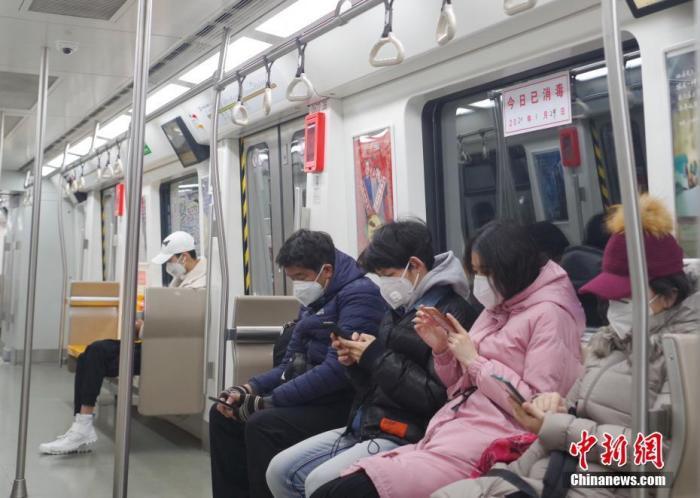 1月29日,受新型冠状病毒感染的肺炎疫情影响,大发棋牌红黑北京 地铁6号线车厢内乘客们戴口罩乘车。 <a target='_blank' href='http://sanli668.com/'>中新社</a>记者 贾天勇 摄