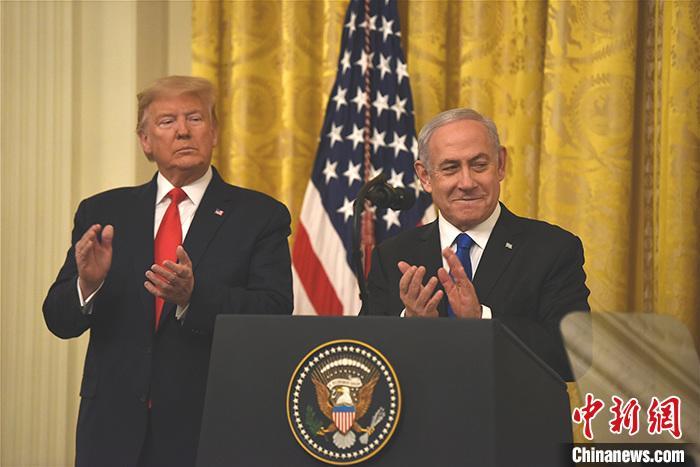 """当地时间1月28日,美国总统特朗普和以色列总理内塔尼亚胡在白宫举行联合发布会,宣布所谓推动解决巴勒斯坦与以色列问题的""""世纪协议""""。<a target='_blank' href='http://www.tminni.com/'>中新社</a>记者 陈孟统 摄"""