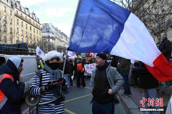 资料图:当地时间1月29日,巴黎万余人走上街头,坚持抗议游行,响应罢工,反对政府推动的退休制度改革。中新社记者 李洋 摄