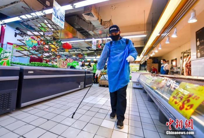 资料图:超市工作人员在喷洒消毒液。<a target=