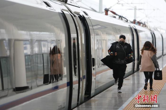 资料图:旅客在站台上奔跑。 <a target='_blank' href='http://www.chinanews.com/'>中新社</a>记者 殷立勤 摄