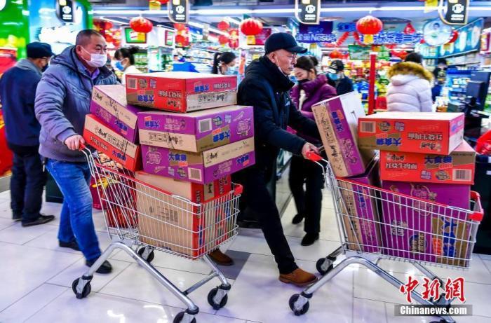 1月30日,新疆乌鲁木齐七一酱园超市,两位社区工作人员购买大批方便面,为在防疫一线工作的同事储备食物。该超市是乌鲁木齐一家大型综合超市,近期该超市积极储备各类商品,尤其是蔬菜、肉食、副食品等,以满足民众日常需求。<a target='_blank' href='http://www.chinanews.com/'>中新社</a>记者 刘新 摄