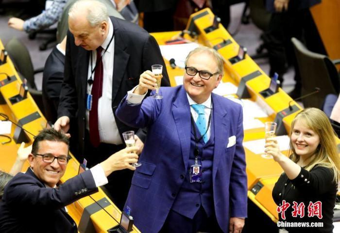 """资料图:当地时间1月29日,欧洲议会批准""""脱欧""""协议。图为投票结束后,在场议员举杯告别。中新社发 欧盟供图"""