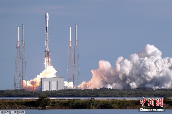 """资料图:美国太空探索技术公司(SpaceX)将第四批60颗""""星链""""卫星送入太空。"""