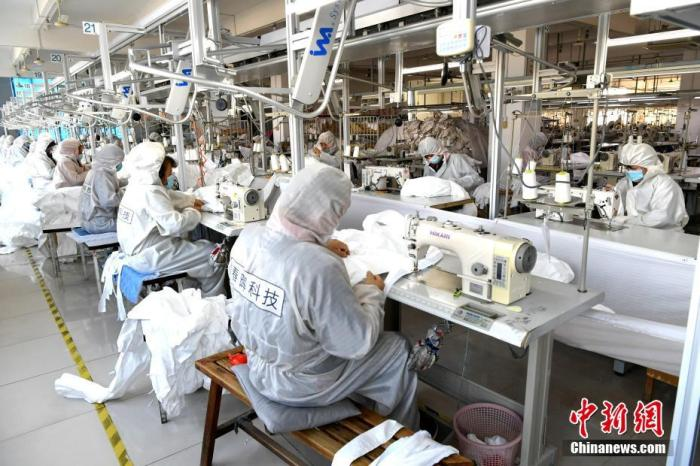 1月31日,位于福州的福建春晖服装科技有限公司厂区里,提前复工的工人正在赶制防护服。新型冠状病毒感染肺炎疫情发生后,该企业于正月初三紧急复工,目前开设三条生产线全力赶制防护服,日产可达2000套。<a target='_blank' href='http://www.chinanews.com/'>中新社</a>记者 王东明 摄