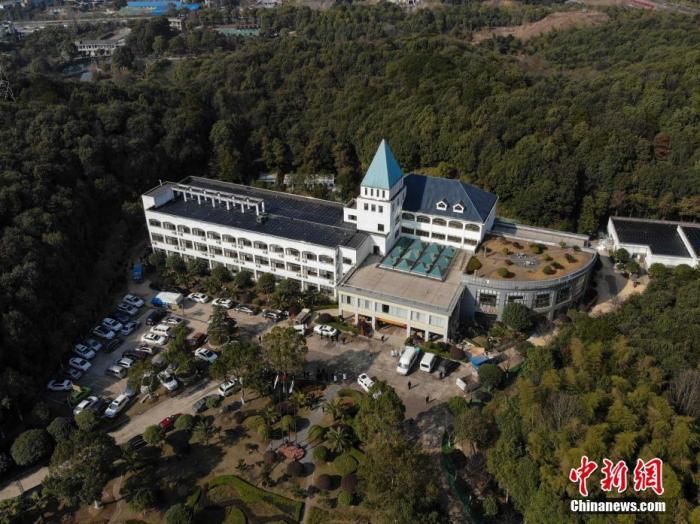 """1月31日,被称为长沙""""小汤山""""的长沙市第一医院北院3号病房楼内正在进行改造扫尾工作。为应对新型冠状病毒感染的肺炎疫情,长沙市仅用了72小时便完成了长沙市第一医院北院(长沙市公共救治中心)1.41万平方米的改造修缮。据悉,长沙市救治中心建于2003年应对非典时期,是长沙市新型冠状病毒感染的肺炎定点救治医院。图为病房楼三面环山。杨华峰 摄"""