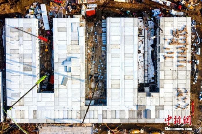 1月31日,火神山医院施工现场。<a target='_blank' href='http://www.chinanews.com/'>中新社</a>发 王腾 摄