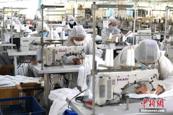 资料图:工厂复工赶制防护服。<a target='_blank' href='http://www.chinanews.com/'>中新社</a>记者 王东明 摄