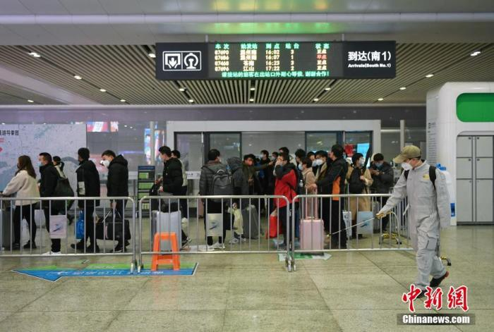2月1日,浙江杭州高铁站开展卫生消杀工作,全面防控疫情。中新社记者 李晨韵 摄