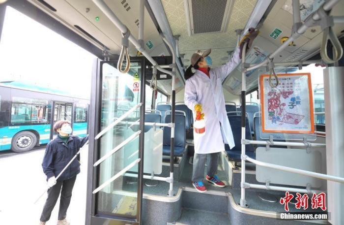 资料图:工作人员正在对公交车进行消毒作业。 中新社记者 张勇 摄