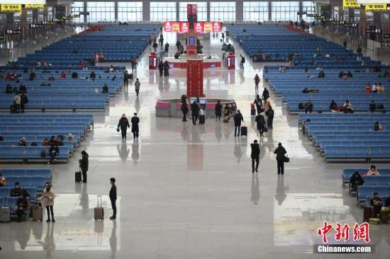 2月1日,贵阳北站候车大厅旅客稀少。中新社记者 瞿宏伦 摄