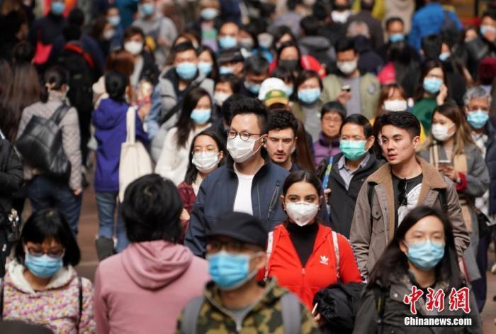 资料图:香港市民戴口罩出行。中新社记者 张炜 摄