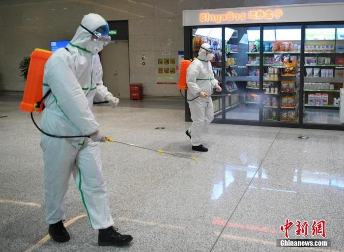 2月1日,长春龙嘉机场,工作人员正在进行消毒作业。受新型冠状病毒感染的肺炎疫情影响,机场内的工作人员和志愿者们每日对机场内区域进行专项消毒、测量旅客体温等工作,以防控疫情。 <a target='_blank' href='http://www.chinanews.com/'>中新社</a>记者 张瑶 摄