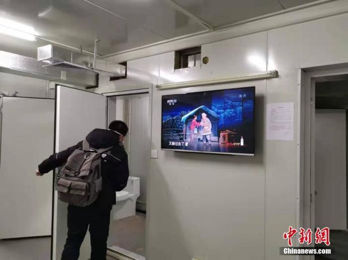 2月1日,武汉火神山医院安装病房电视机,可收看节目。截至当日中午12时,医院总体已完成近70%的设备安装。<a target='_blank' href='http://www.chinanews.com/'>中新社</a>发 许名波 摄