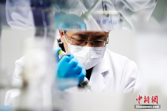 A researcher demonstrates the process of novel coronavirus mRNA vaccine development. (Photo/China News Service)