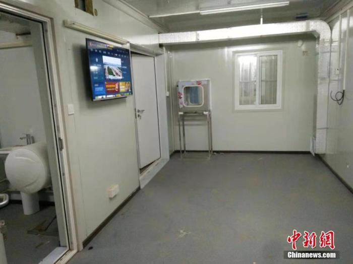 2月1日,武汉火神山医院安设病房电视机,可收望节现在。截至当日正午12时,医院总体已完善近70%的设备安设。中新社发 许名波 摄