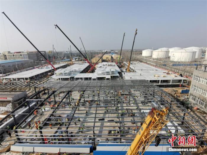 """2月1日,被称为郑州版""""小汤山医院""""的郑州市第一人民医院传染病病区改造扩建项目进入内部装修阶段。供图"""