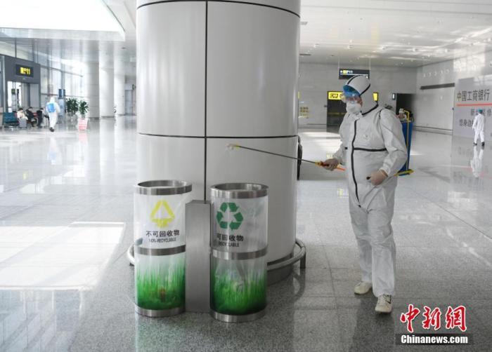 2月1日,长春龙嘉机场,工作人员正在进行消毒作业。受新型冠状病毒感染的肺炎疫情影响,机场内的工作人员和志愿者们每日对机场内区域进行专项消毒、测量旅客体温等工作,以防控疫情。 中新社记者 张瑶 摄