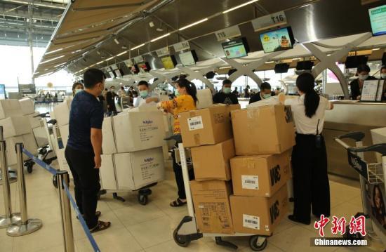 1月31日,泰国华人华侨爱心人士捐赠的一批防护服、口罩等物资在曼谷素万那普机场办理手续准备运往武汉。 <a target='_blank' href='http://www.chinanews.com/'>中新社</a>记者 王国安 摄