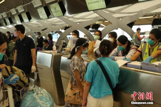 资料图:民航局根据国家统一部署派出包机接回滞留泰国的湖北籍游客。 /p中新社记者 王国安 摄