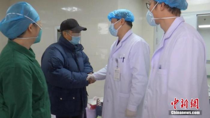 2月2日下午2时,武汉市金银潭医院,37名确诊新型冠状病毒感染的肺炎患者出院,其中年龄最大者88岁。 <a target='_blank' href='http://www.hsssfn.com/'>中新社</a>发 李洁 摄