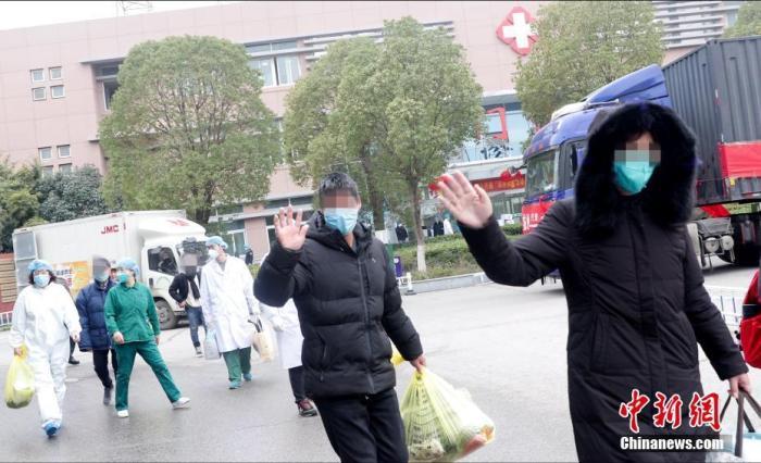 2月2日下午2时,武汉市金银潭医院,37名确诊新型冠状病毒感染的肺炎患者出院,其中年龄最大者88岁。这也是疫情发生以来,该院出院人数最多的一天。 <a target='_blank' href='http://www.chinanews.com/'>中新社</a>发 李洁 摄