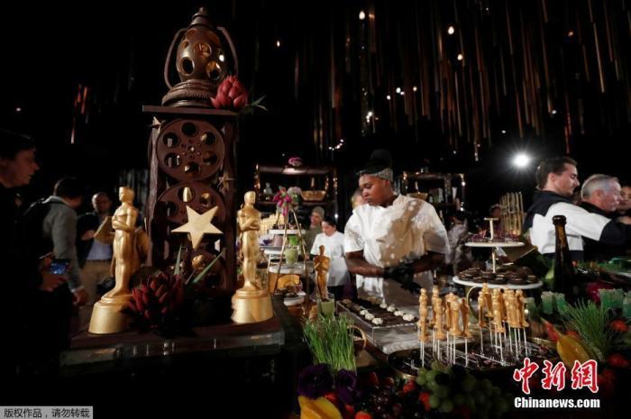 当地时间2月1日,奥斯卡晚宴筹备工作进行。第92届奥斯卡颁奖礼将于2月10日举行。奥斯卡晚宴将在颁奖典礼结束后开始,预计为1500名宾客准备5000个小金人巧克力,菜品包括烟熏三文鱼,鳄梨吐司等。