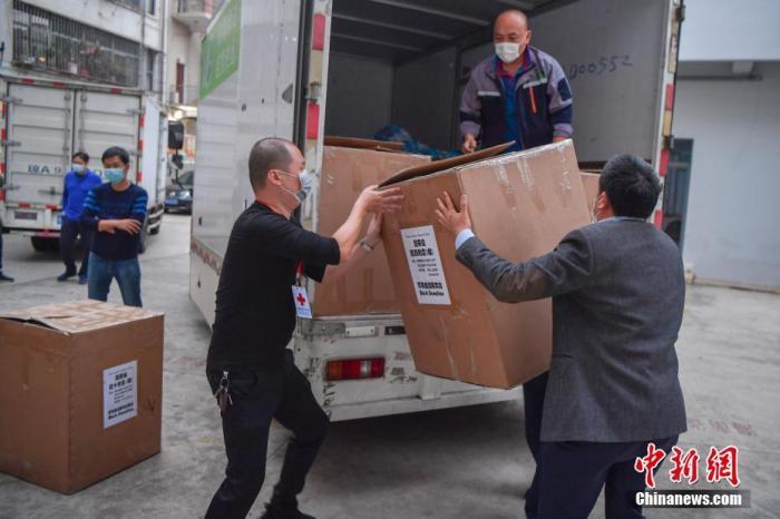 2月2日,由阿联酋海南商会暨同乡会捐赠的9.7万余个口罩和3.5万只医用手套被送达海南海口,并移交给海南省红十字会。这是自新型冠状病毒感染的肺炎疫情暴发以来,海外琼籍华人社团捐赠的医疗物资中单批数量最大的一批。图为海南省红十字会的工作人员搬运医疗物资。 <a target='_blank' href='http://www.tminni.com/'>中新社</a>记者 骆云飞 摄