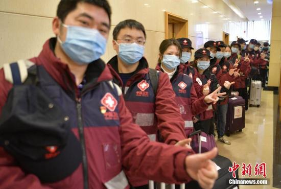 2月2日,四川成都,排队准备过安检的医疗队员。当日,四川省第三批援助湖北医疗队126名医护人员和物资乘3U8101次航班飞赴武汉,医疗队由重症、急症、呼吸等科室医师和护理人员组成。 <a target='_blank' href='http://www.chinanews.com/'>中新社</a>记者 刘忠俊 摄