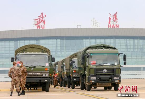 资料图:2月2日,中国空军8架大型运输机相继从沈阳、兰州、广州和南京飞抵武汉天河机场,向武汉紧急空运795名军队支援湖北医疗队队员和58吨物资。<a target='_blank' href='http://fyand.com/'>中新社</a>发 陈晓东 摄