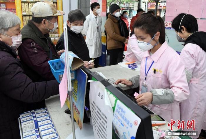 资料图:2月2日,福州市区一药店营业员佩戴口罩为市民服务。中新社记者 刘可耕 摄
