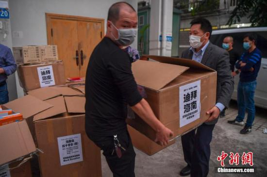 2月2日,由阿联酋海南商会暨同乡会捐赠的9.7万余个口罩和3.5万只医用手套被送达海南海口,并移交给海南省红十字会。这是自新型冠状病毒感染的肺炎疫情暴发以来,海外琼籍华人社团捐赠的医疗物资中单批数量最大的一批。图为海南省红十字会的工作人员搬运医疗物资。 中新社记者 骆云飞 摄