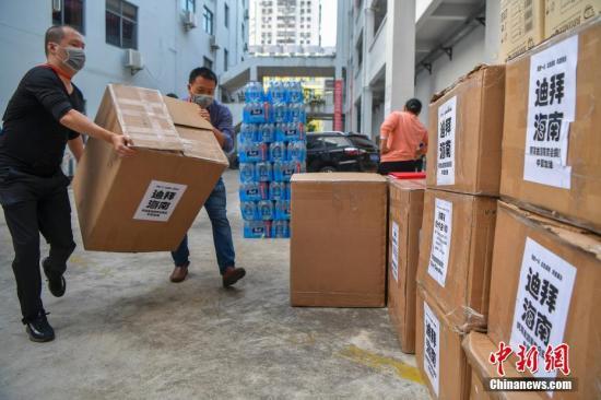 图为海南省红十字会的工作人员搬运医疗物资。 /p中新社记者 骆云飞 摄