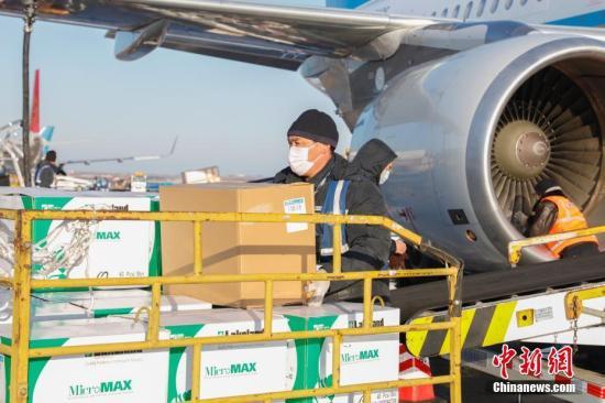 图为捐赠的口罩到达哈尔滨太平国际机场。 <a target='_blank' href='http://www.chinanews.com/'>中新社</a>记者 吕品 摄