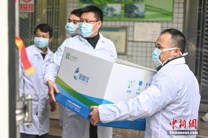 2月2日,广州,工作人员将新型冠状病毒检测试剂和配套医疗设备放入货柜。当日,一辆装载新型冠状病毒检测试剂和配套医疗设备的货车从广州出发,驰援武汉。<a target='_blank' href='http://www.chinanews.com/'>中新社</a>记者 陈骥旻 摄