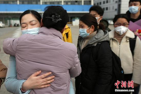 资料图:出征的医护人员与送行同事拥抱。泱波 摄