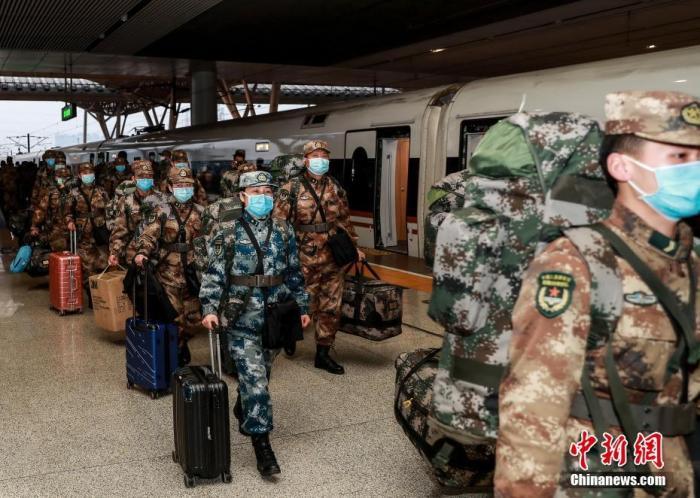 2月1日,150人的某部医院医疗队由石家庄搭乘G4633次列车抵达武汉火车站。<a target='_blank' href='http://www.chinanews.com/'>中新社</a>发 赵军 摄