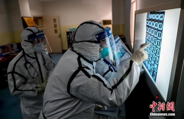 资料图:医务人员查看患者肺部CT片。<a target='_blank' href='http://www.tminni.com/'>中新社</a>记者 张畅 摄