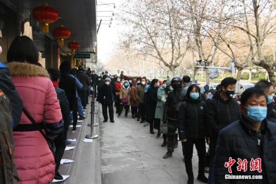 资料图:市民排队买口罩。 a target='_blank' href='http://www.chinanews.com/'中新社/a记者 韩苏原 摄