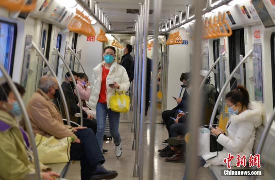 2月3日,四川成都,乘客戴口罩乘坐地铁。<a target='_blank' href='http://www.chinanews.com/'>中新社</a>记者 刘忠俊 摄