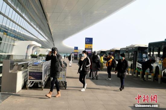 2月3日,首批约200名滞留武汉的台胞乘坐上海航空公司的民航包机返台。图为台胞抵达武汉天河国际机场准备乘机。<a target='_blank' href='http://www.chinanews.com/'>中新社</a>记者 安源 摄