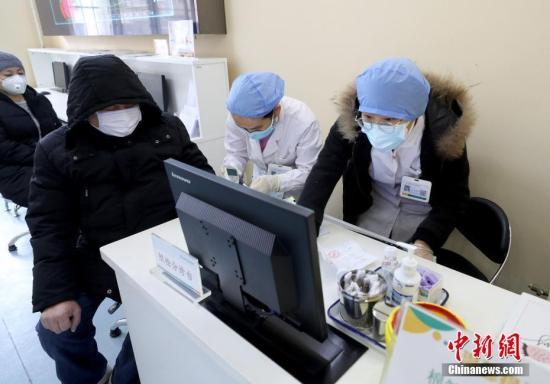 资料图:2月3日,北京市丰台区马家堡社区卫生服务中心,居民排队分诊。中新社记者 张宇 摄