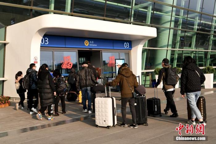 2月3日,首批约200名滞留武汉的台胞乘坐上海航空公司的民航包机返台。中新社记者 安源 摄