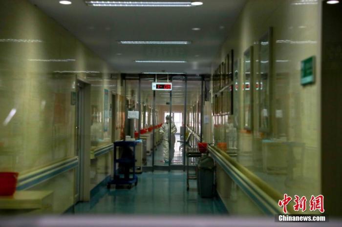 2月3日,一名医务人员在医院隔离病房。中新社记者 张畅 摄