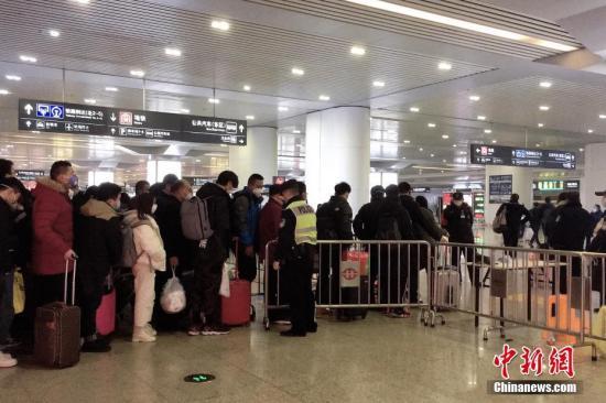 资料图:杭州东站返程的人流。 中新社记者 钱晨菲 摄