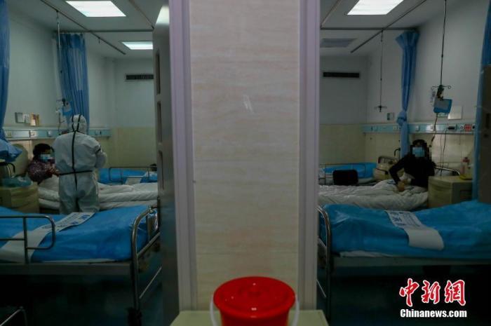 2月3日,医院隔离病房内,每间病房仅供1名患者使用。武警湖北省总队医院是武汉市首批公布的61家设置发热门诊的医疗机构之一,医护人员奋战在抗疫一线,全力救治患者生命。中新社记者 张畅 摄