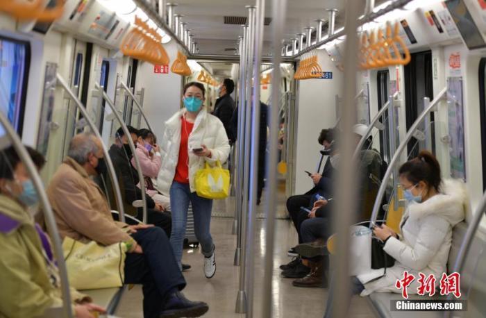 资料图:乘客戴口罩乘坐地铁。<a target='_blank' href='http://www.chinanews.com/'>中新社</a>记者 刘忠俊 摄