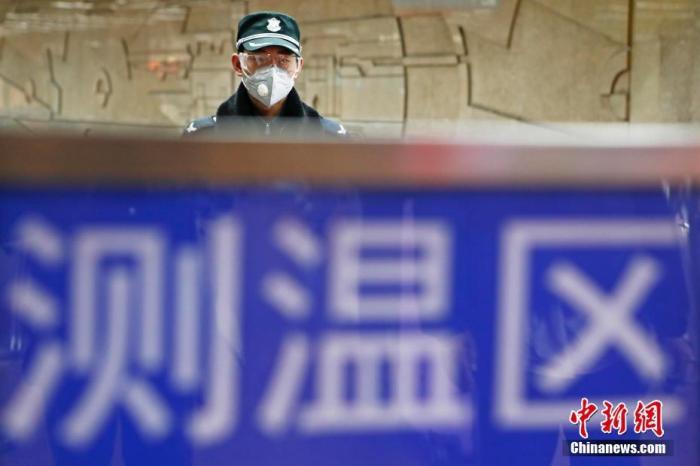 2月3日起,上海轨道交通在9座车站的23个安检点启动乘客进站测温工作。中新社记者 殷立勤 摄