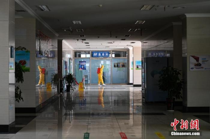 2月3日,医务人员身着防护服做消杀工作。中新社记者 何蓬磊 摄